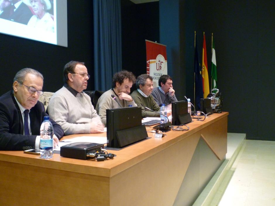 De izquierda a derecha: Jorge Fabra, Javier Velasco, Bruno Estrada, Carlos Arenas y Javier Aristu (moderador de la Mesa)
